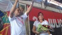 Erney Pérez Peña, del central avileño de Primer de Enero, levanta el diploma que lo acredita como el primer delegado de Cuba al XIX Festival Mundial de la Juventud y los Estudiantes