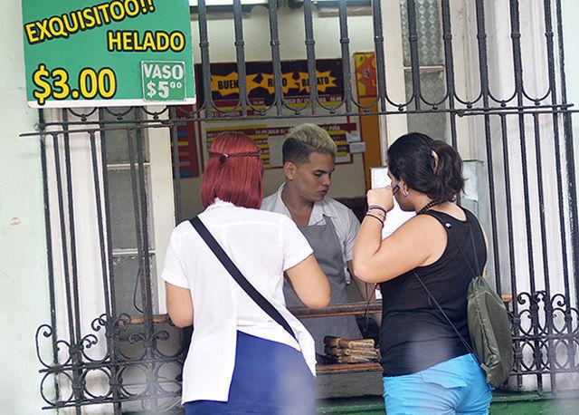Jóvenes adolescente cubano trabajando