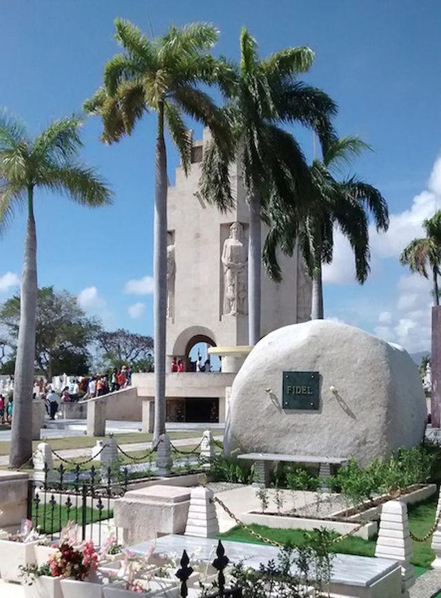 Mausoleo a Fidel Castro y Símbolos cubanos