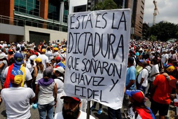 """""""El gobierno autoritario de Venezuela es tan brutal, que a """"la oposición"""" que sale a """"manifestarse"""" convocada por la MUD no parece quedarle otra que atacar e incendiar hospitales"""", cuestiona el profesor Bosch. Foto: Reuters"""