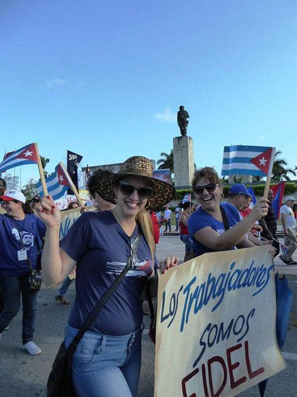 Fotos de Fidel, pancartas en las que expresaban el agradecimiento al líder de la Revolución por su extensa obra humanista y revolucionaria. Foto: Freddy Pérez Cabrera