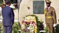 La estancia de Correa comienza en Santiago de Cuba (oriente), donde rendirá homenaje a Fidel Castro ante la roca monumento que atesora las cenizas del líder en el cementerio de Santa Ifigenia
