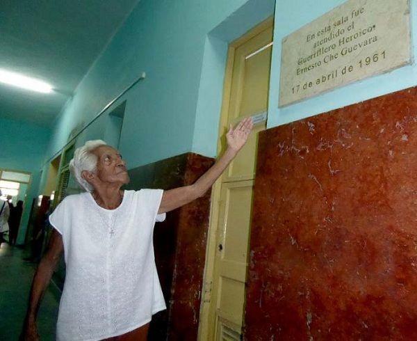 Olga muestra la tarja frente a la habitación en la que veló por la salud del Che. Foto:Ronald Suárez Rivas