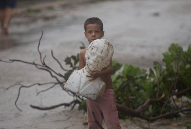 Busto de José Martí resguardado por un niño tras paso del huracán Irma