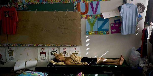 Luis Sierra duerme en un salón de una escuela convertida en refugio, después de que el huracán María los dejara a él y a otras familias sin hogar, en Toa Baja. (AP)