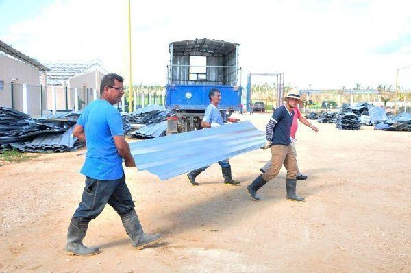 El rescate de los materiales que Irma dejó con valor de uso ha sido una premisa durante la recuperación. (Foto: Vicente Brito/ Escambray)