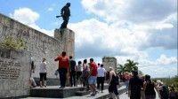 Muchas personas de Cuba y del mundo llegan hasta el SantaClara para reecontrarse con la historia y la mística que rodea al legendario Guerrillero. Autor: Arelys María Echevarría/ACN