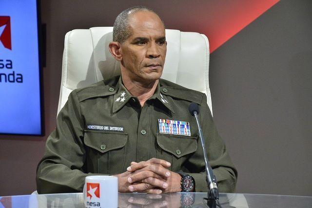 El coronel del MININT, Roberto Aguilera, durante la Mesa Redonda.
