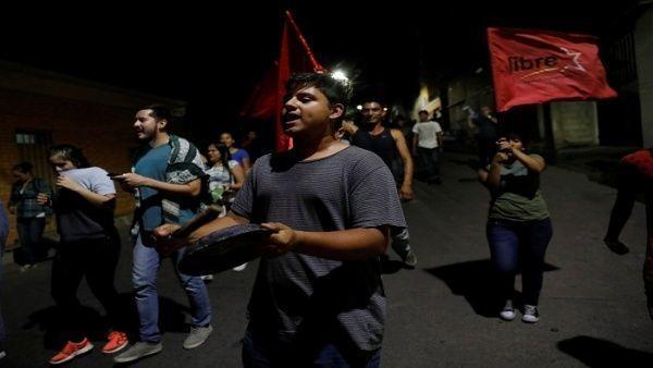 El informe detalló que la policía militar detiene a manifestantes del cacerolazo, los golpean y después lo liberan bajo amenaza. | Foto: Reuters