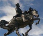 La escultura hecha en bronce posee una altura de cinco metros y 60 centímetros y un peso de tres toneladas, sin incluir el pedestal.