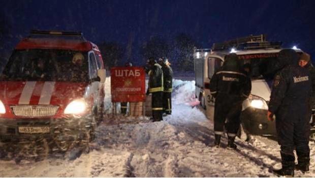 Servicios de emergencias laborando en el lugar del siniestro