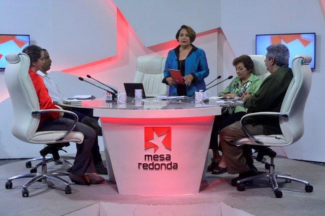 Historiadores y periodistas fueron los invitados al espacio televisivo Mesa Redonda del viernes 23 de febrero para conversar y debatir sobre la relación memoria e historia.