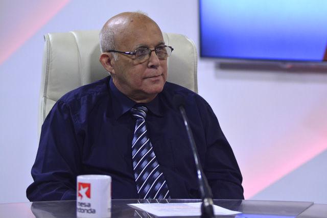 El Dr. Antonio Paz Cordovez, Jefe de otorrinolaringología del hospital Hermanos Ameijeiras.
