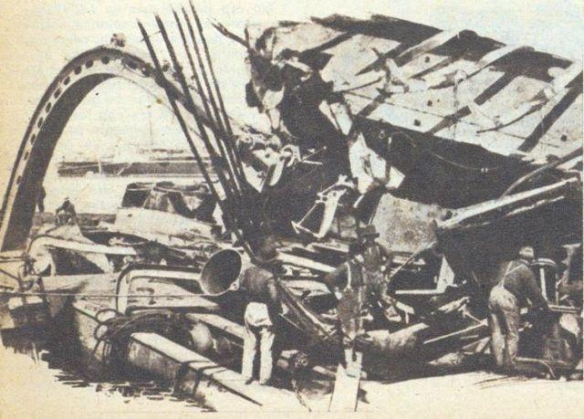 Desguazando los restos del Maine con gatos hidráulicos. Foto: Bohemia