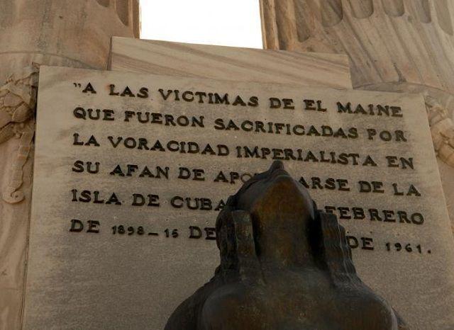 El Monumento a las Víctimas del Maine fue inaugurado en 8 de marzo de 1925, en el malecón habanero. Luego del triunfo de la Revolución el águila imperial fue suprimida, y los bustos de McKinley, Roosevelt y Leonardo Wood, colocándose la placa que aparece en la foto. Foto: Archivo