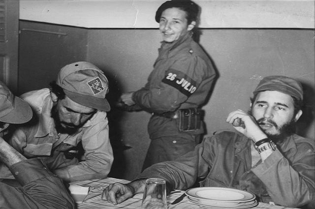 Fidel, con Raúl y René de los Santos, el 25 de diciembre de 1958, en El Cobre, territorio del Tercer Frente