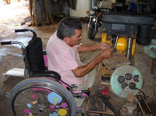 El ingenio y la creatividad de este holguinero con limitaciones físicas ha permitido mejorar su vida y la de otros como él. Foto: Liudmila Peña Herrera