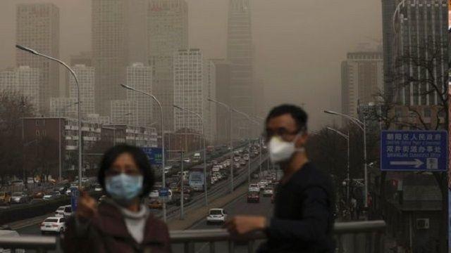 Una tormenta de arena procedente de Mongolia elevó este miércoles el índice de contaminación en el aire de Pekín, China