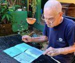Los años no impidieron a Luis Puig ejercer su derecho al voto. (Foto: Carlos Luis Sotolongo Puig/ Escambray)