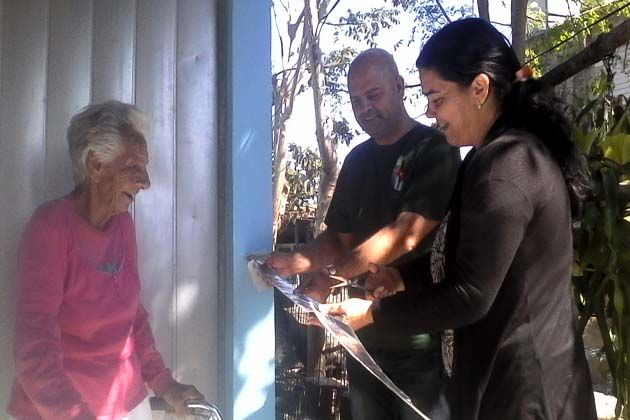 Osnay Miguel Colina Rodriguez y Yaritza Moya Caballero, máximas autoridades del Partido y el Gobierno Municipal respectivamente, entregaron las llaves de sus hogares a Violeta Solís y Francisco Pacheco.