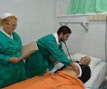 El doctor Jorge Enrique Pérez Rodríguez y la licenciada en enfermería Cristina Galbán Hernández atienden a uno de los pacientes ingresados en la Sala. Foto: Ramón Barreras Valdés