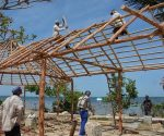 A pocos metros de la playa La Panchita, se construye un caney que propiciará el desarrollo de actividades culturales y recreativas para alegrar a sus moradores y visitantes. Foto: Ramón Barreras Valdés