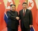 El líder norcoreano, Kim Jong-un, estrecha la mano del presidente chino, Xi Jinping, en Pekín durante una visita extraoficial en marzo de 2018.