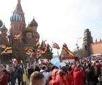 Miles de rusos desfilan en la Plaza de Moscu por el Día Internacional de los Trabajadores