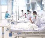 Por el momento, los niños se encuentran en una sala de hospital en cuarentena y solo pueden comunicarse con sus padres y resto de personas a través de una pared de cristal.