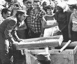 Fidel Castro en la construcción de un hospital