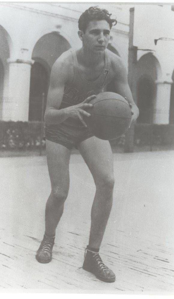 Practicando deporte en el tabloncillo del Colegio Belén como integrante del team de basketball. Curso 1943-1944, en 1943. Fuente: Oficina de Asuntos Históricos del Consejo de Estado/ Sitio Fidel Soldado de las Ideas.