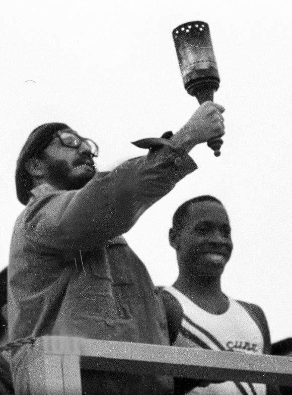 Recibe antorcha de manos del Subcampeón Olímpico de Atletismo, Enrique Figuerola, en el Acto por el 5to Aniversario de la Revolución, el 2 de enero de 1964. Autor: Liborio Noval/ Sitio Fidel Soldado de las Ideas.