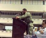 """Fidel pronuncia discurso en la inauguración de la Escuela de Iniciación Deportiva """"Mártires de Barbados"""" en el municipio del Cerro, el 6 de octubre de 1977. Foto: Estudios Revolución/ Sitio Fidel Soldado de las Ideas."""