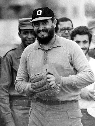 Fidel participa en un juego de pelota como parte de un equipo de estudiantes canadienses, norteamericanos y periodistas en los terrenos del Instituto Pre-Universitario Cuqui Bosh de Santiago de Cuba, 27 de julio de 1964. Sitio Fidel Soldado de las Ideas
