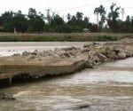 La demolición de un paso a nivel construido provisionalmente sobre el río Toa, se ha realizado sin tomar en cuenta que estaba pactada y pensada para hacerse por tramos y con inmediatas acciones para evacuar los residuos. Autor: Juventud Rebelde
