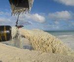 Vertimiento de arena en el sector de playa Las Coloradas, en Jardines del Rey, una de las acciones contra el cambio climático comprendida en la Tarea Vida. Foto: Ortelio González Martínez