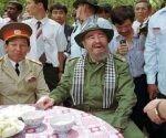 Durante su visita a Vietnam en 1995, Fidel usa un sombrero del Viet Cong y degusta las fibras de raíz, alimento básico de los vietnamitas que vivían en la red de túneles subterráneos durante la guerra.