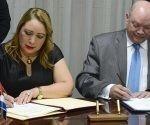 Rodrigo Malmierca Díaz (D), Ministro del Comercio Exterior y la Inversión Extranjera (MINCEX), y Luz Estrella Rodríguez (I), Ministra de Economía de El Salvador, firman acuerdo de carácter comercial, en la sede del MINCEX, en La Habana, Cuba, el 25 de octubre de 2018. Foto: Ariel Ley Royero.